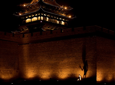 090118_pingyao_shanxi_china_boy_shadow_puppet_body_old_city_fortified_wall_spotlights_travel_photography_IMG_9589